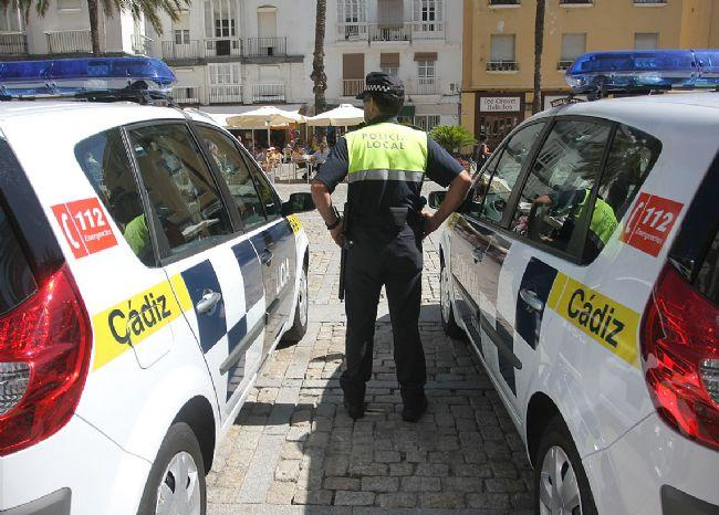 La Policía Local de Cádiz realiza desalojos en establecimientos y en la vía pública