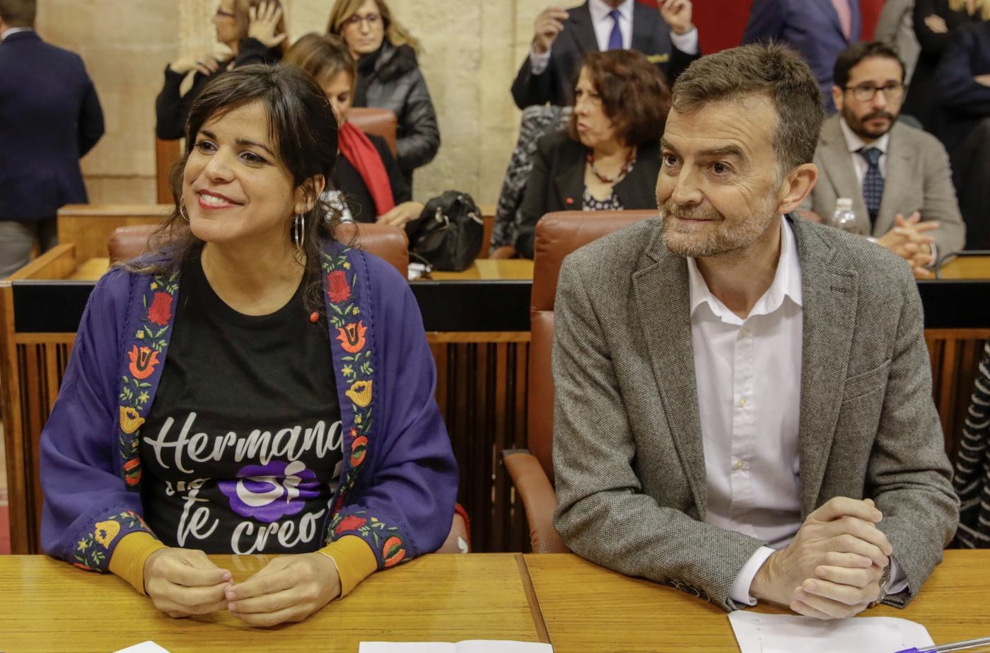 Teresa Rodríguez y Antonio Maíllo, en su escaño.