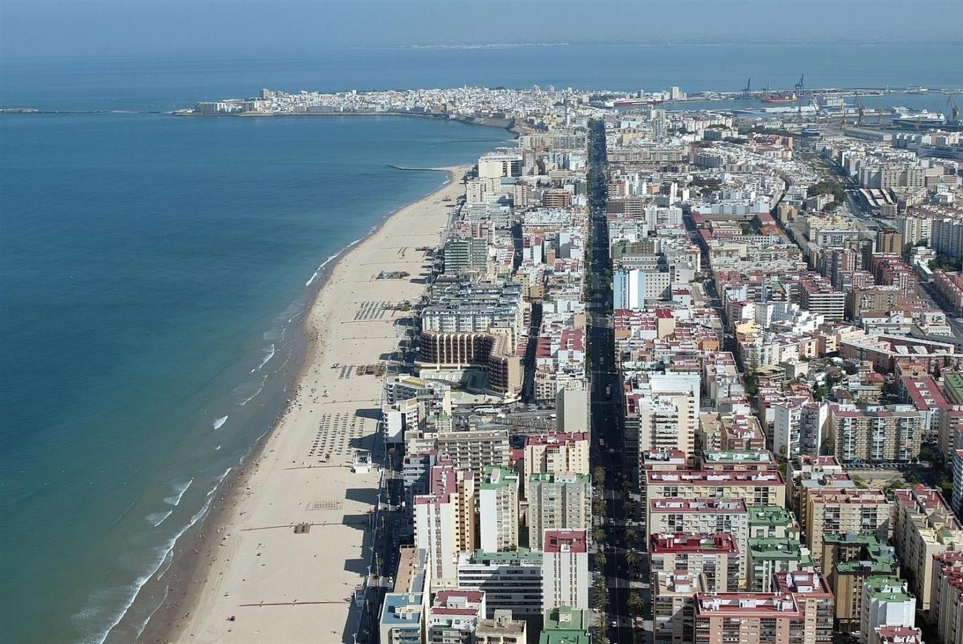 Cádiz 2000 refuerza el servicio de limpieza de arenas y mantenimiento en las playas