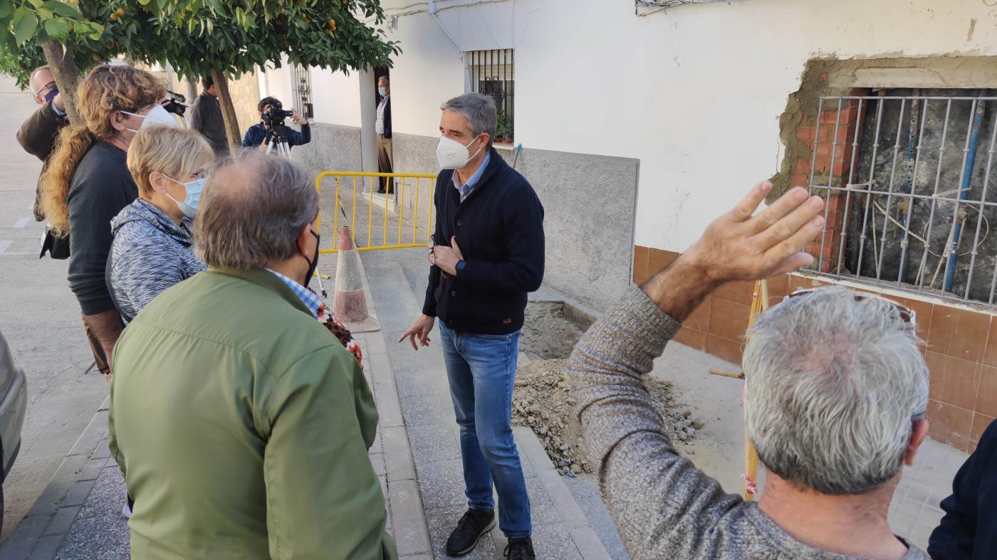 El Ayuntamiento y Aqualia indagan en las filtraciones de la calle Algar