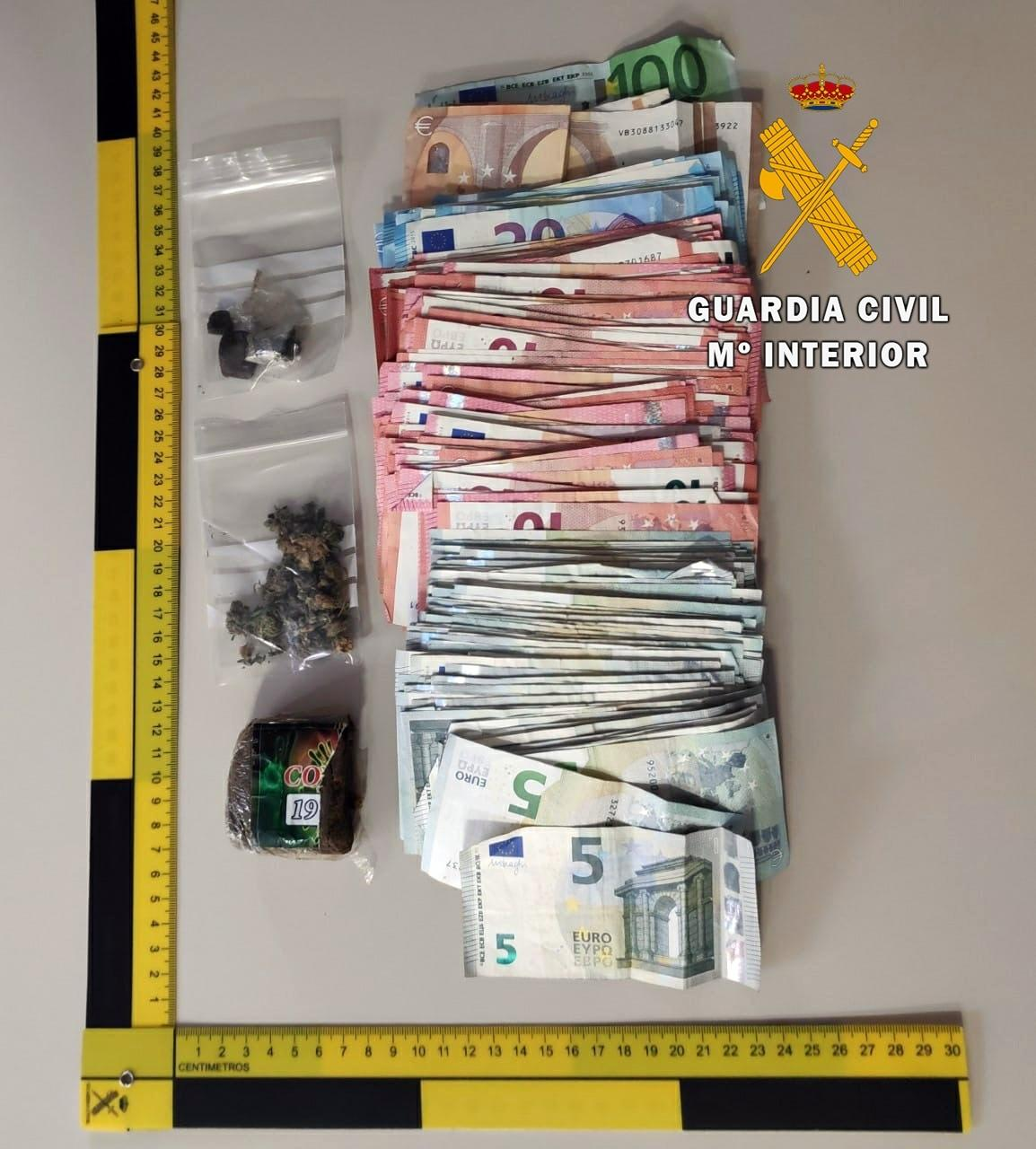 Dinero y drogas intervenidos. Guardia Civil