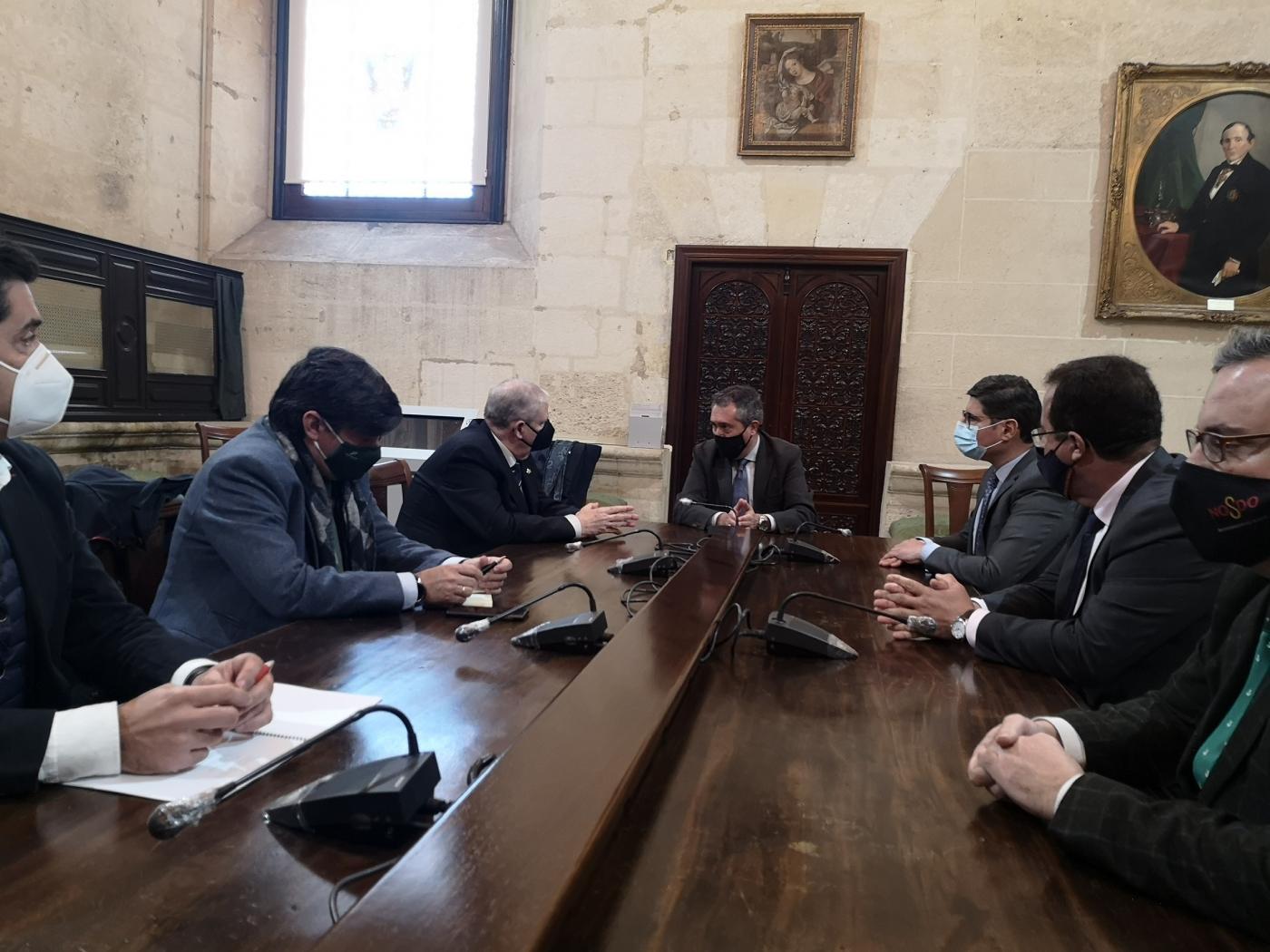 Reunión del alcalde con el Consejo de Hermandades y Cofradías.