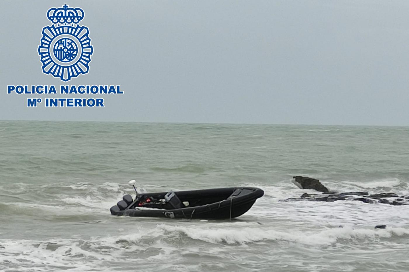 Investigan dos embarcaciones neumáticas que han aparecido varadas en Cádiz.