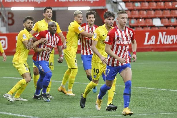 1-0. La falta de acierto condena al Málaga ante el Sporting en Gijón