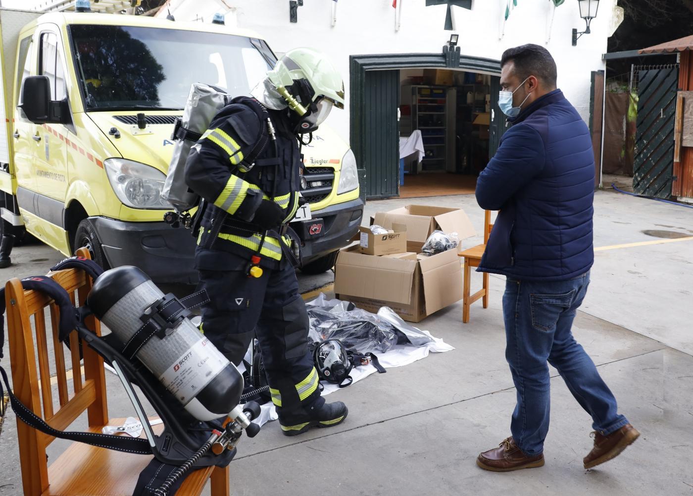 El gobierno local renueva los equipos de respiración autónoma de Protección Civil en Rota