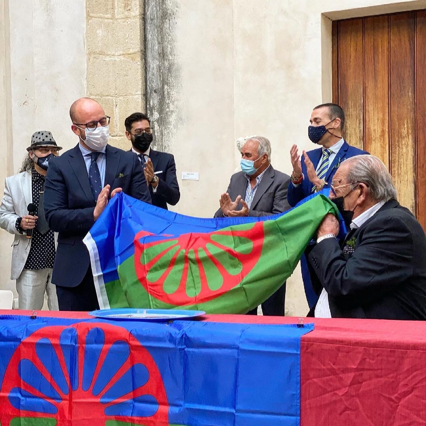 El Puerto de Santa María iza la bandera romaní para demostrar el orgullo del pueblo gitano