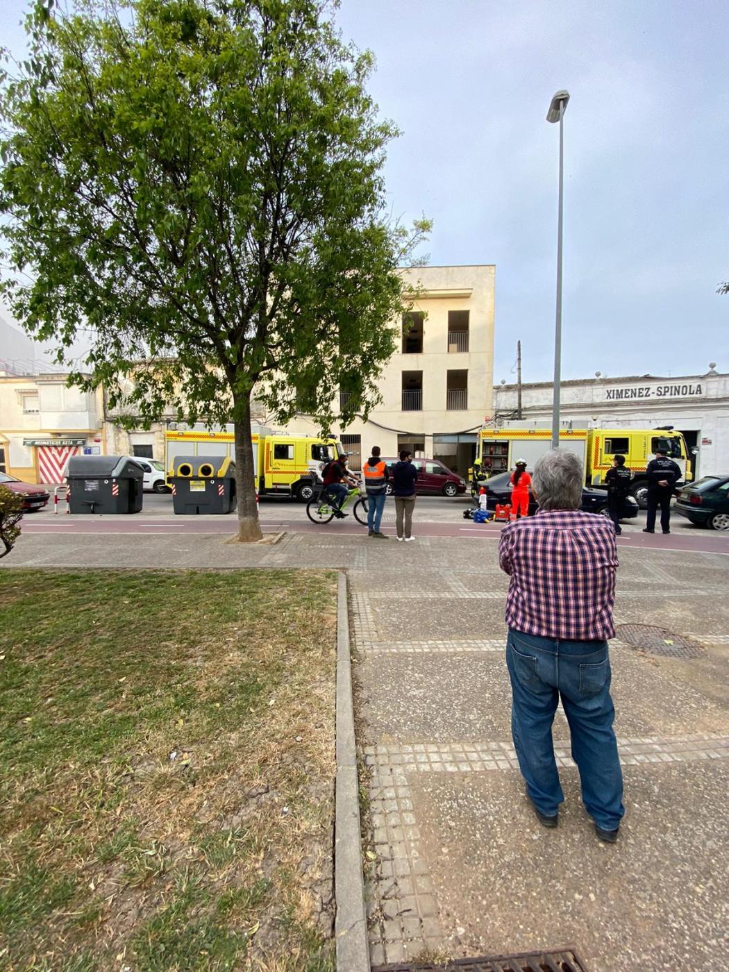 Tres personas afectadas al producirse un incendio en una casa en la calle Asta de Jerez