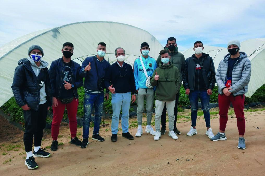 Jóvenes inmigrantes extutelados cosechan esperanza en el campo de Huelva