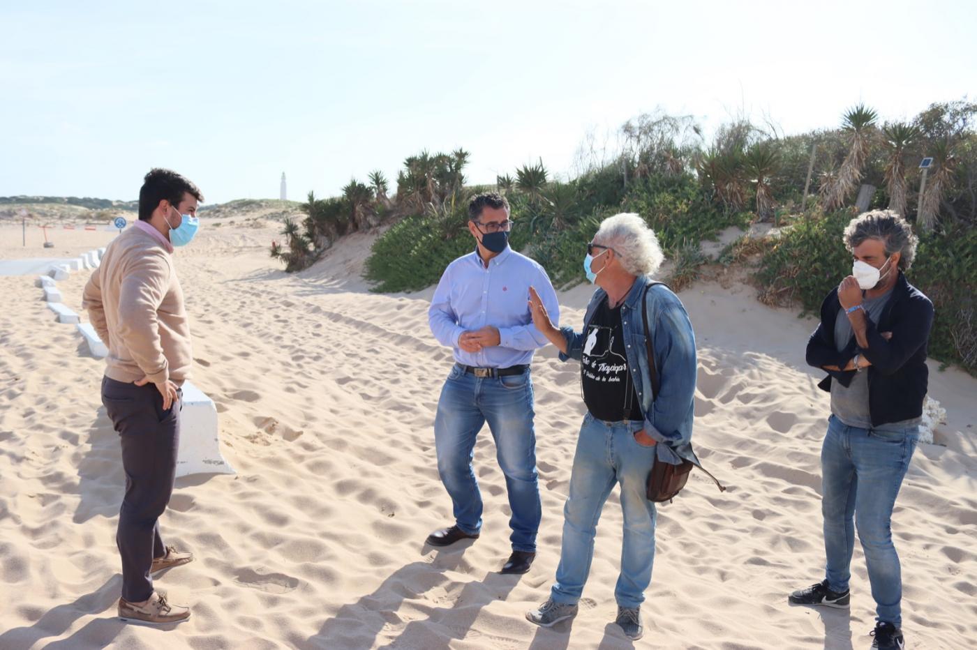 Piden la retirada urgente de arena acumulada en la vía de acceso al Faro de Trafalgar
