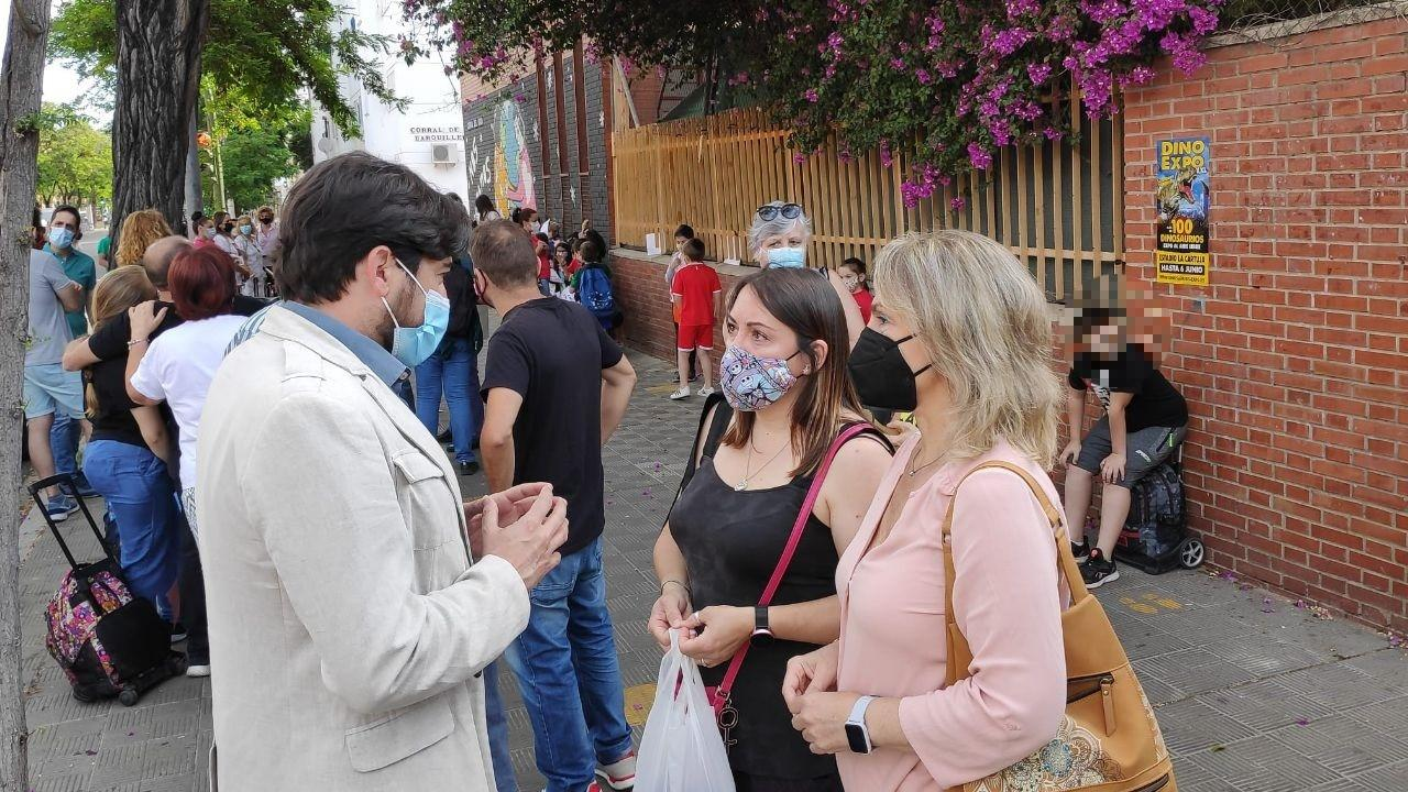 Concentración en un colegio sevillano para exigir la retirada del amianto