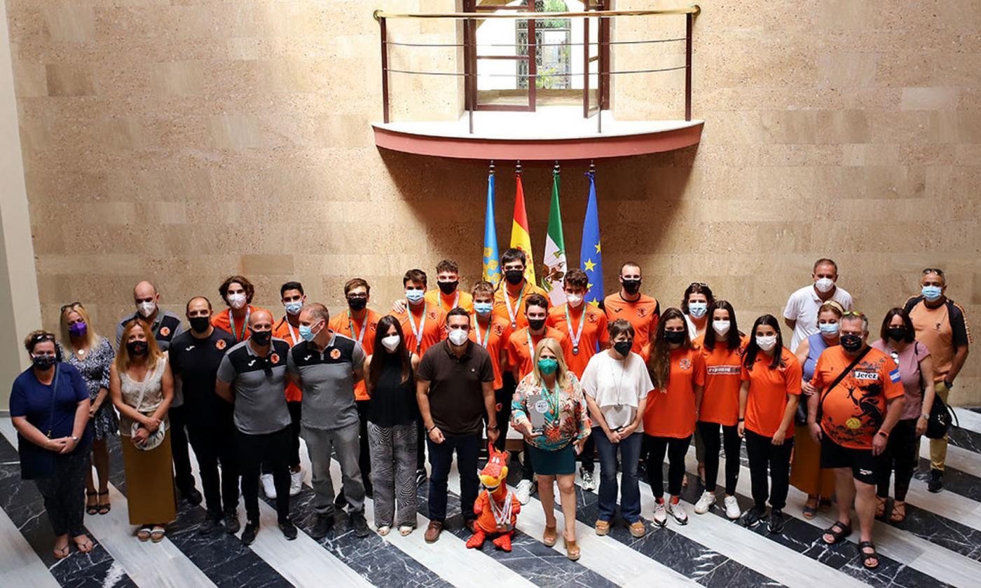 La alcaldesa recibe al Club Waterpolo Jerez en el Ayuntamiento