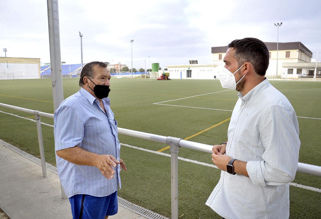 Deportes acomete labores de mantenimiento en campos de fútbol de césped sintético