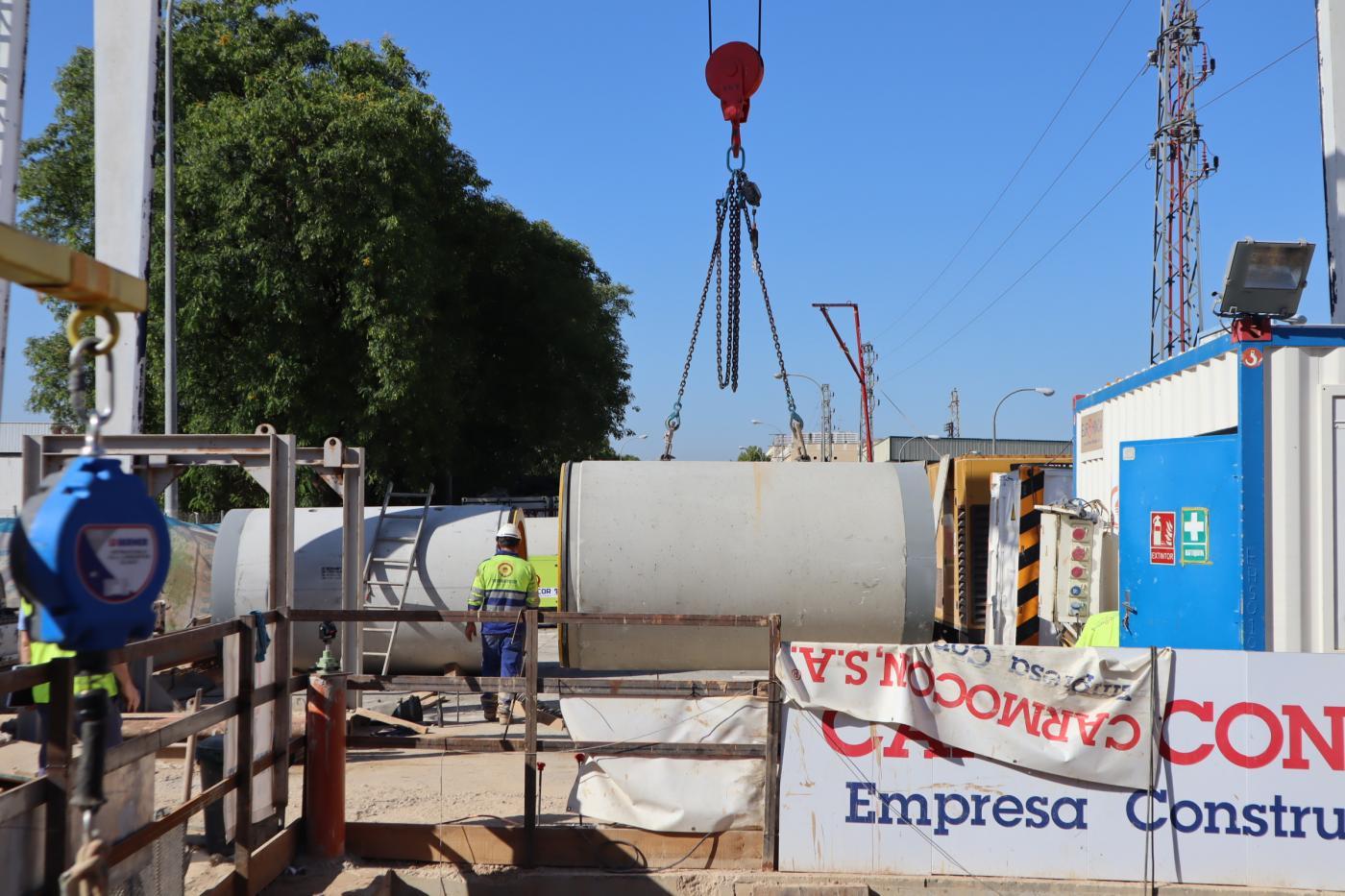 Emasesa sustituye el colector principal de Ciudad de Chiva y Secoya