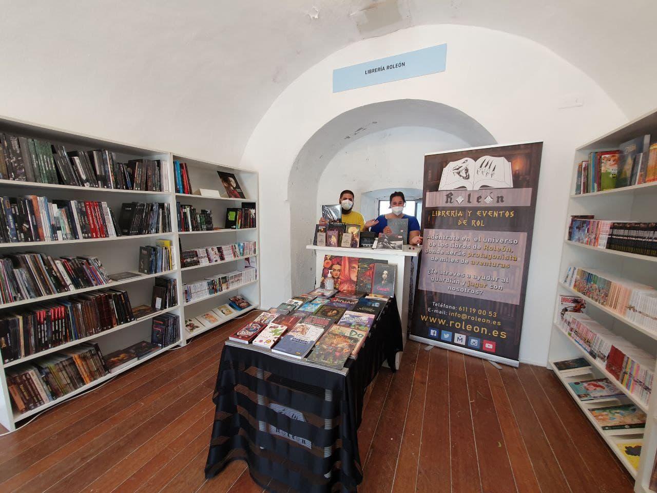 Antonio y Ester en su estand de la Feria del Libro de Cádiz.