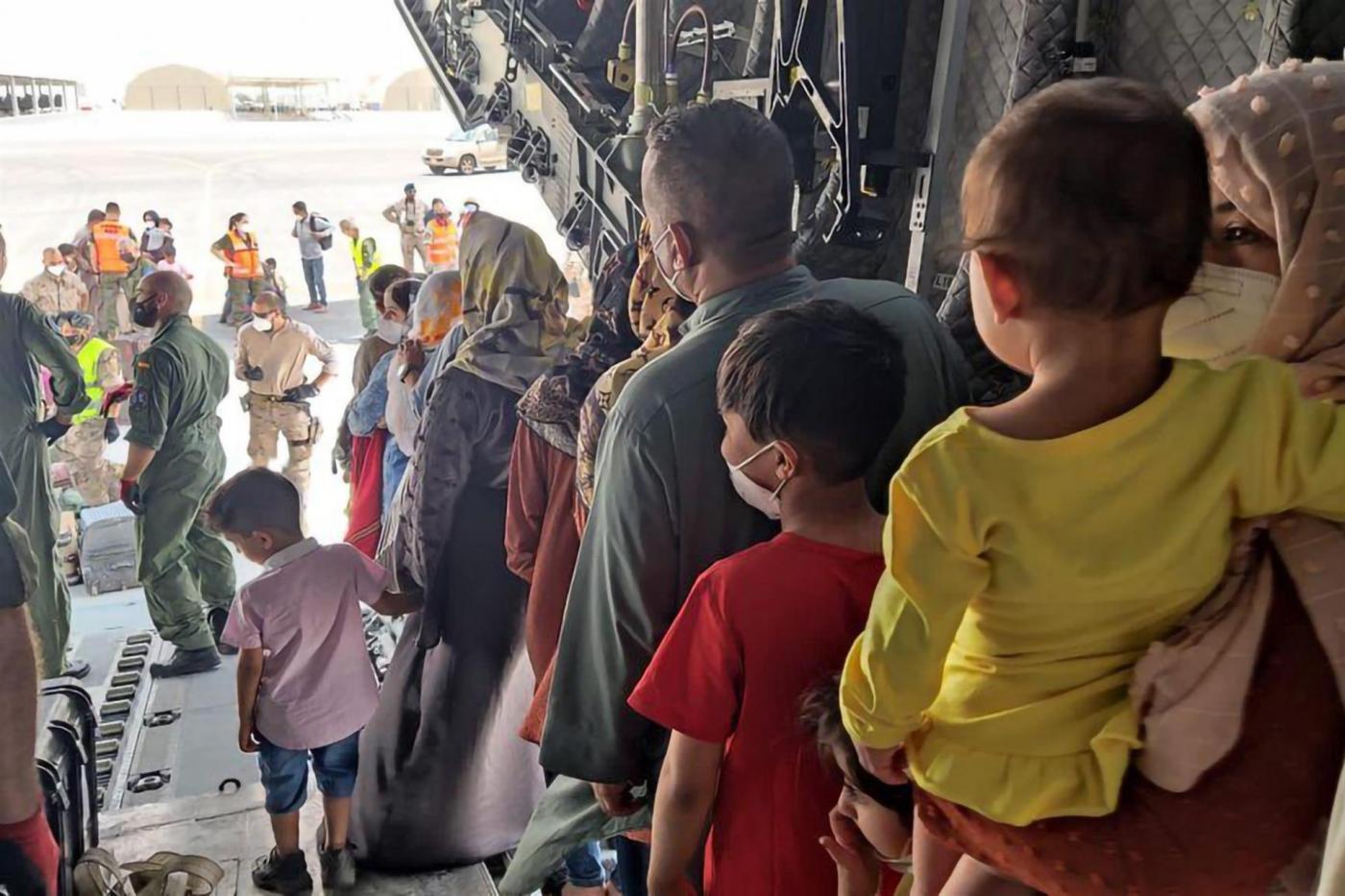 Avión de refugiados afganos que abandonan la aeronave.