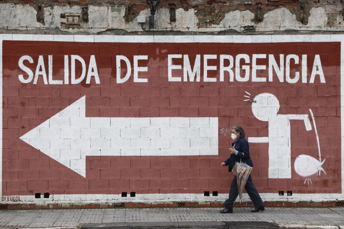 Una mujer camina con mascarilla por el centro de Málaga.
