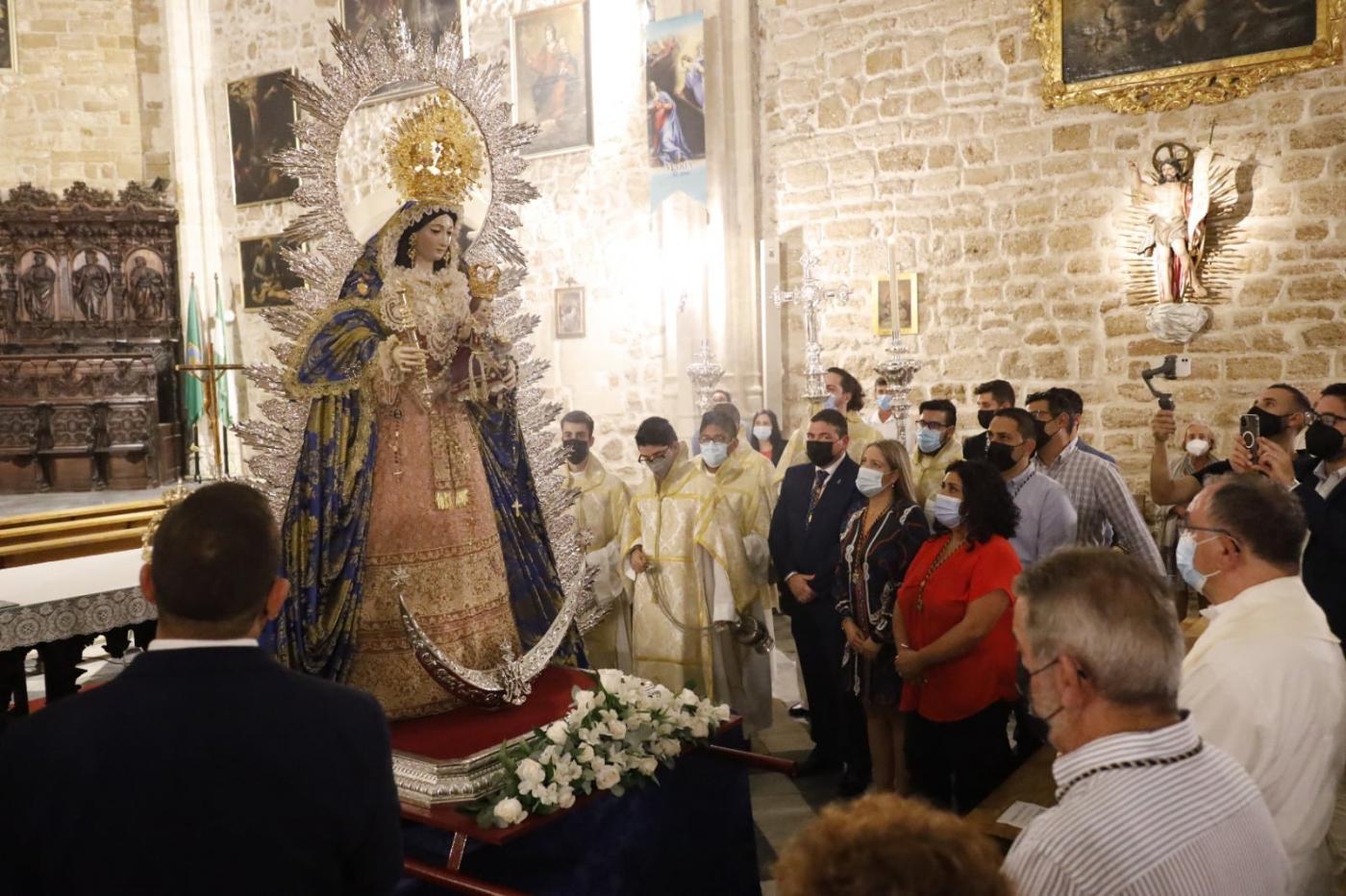 La Virgen del Rosario ya preside el altar mayor de la O antes del pregón de este domingo