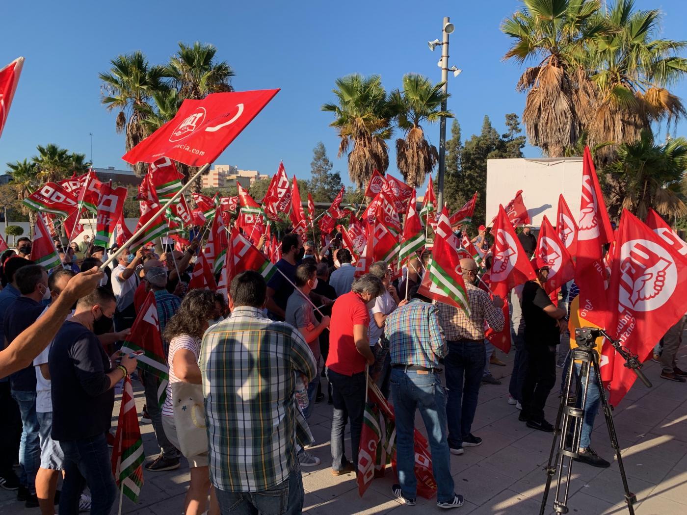 Casi 200 trabajadores del sector del metal se concentran en Cádiz por un convenio digno