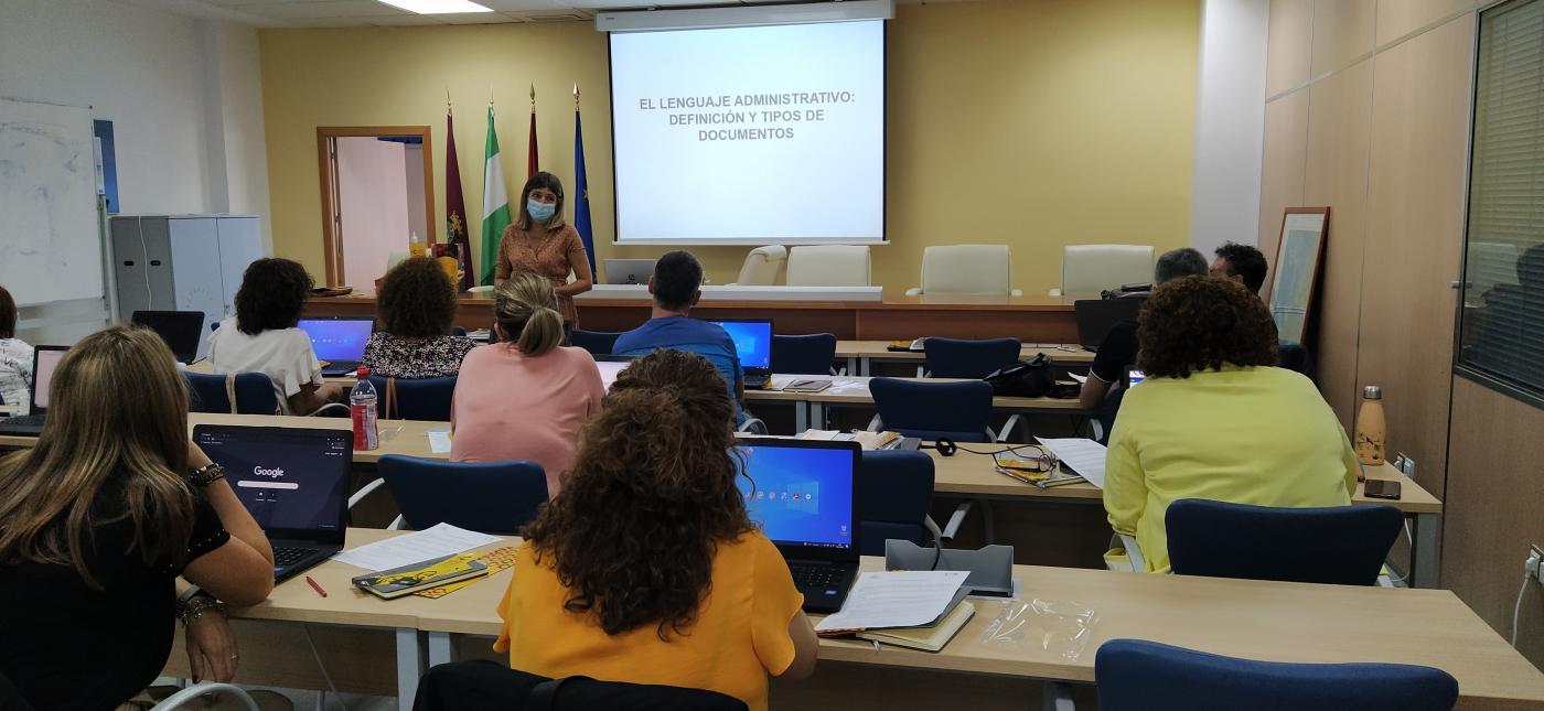 Unos 25 gaditanos participan en un curso sobre el uso del lenguaje administrativo